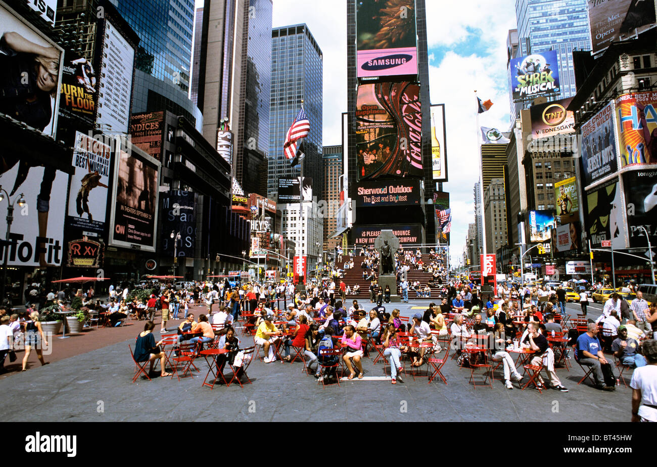 Genießen die Sommersonne auf einen verkehrsberuhigten Bereich der Broadway, Times Square, New York. Stockbild