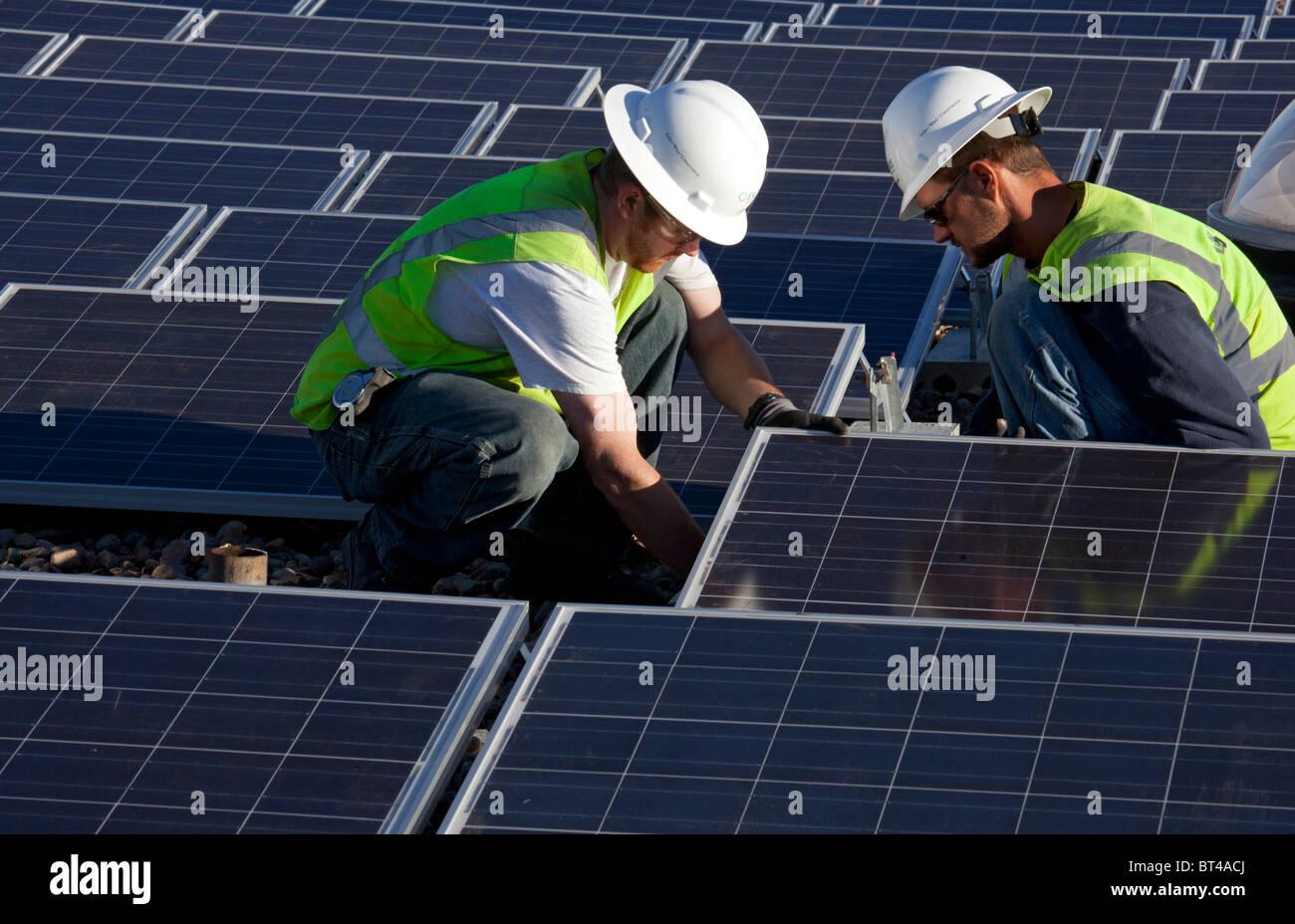 Denver, Colorado - Arbeiter installieren Sonnenkollektoren auf dem Dach der Harrington Elementary School. Stockbild