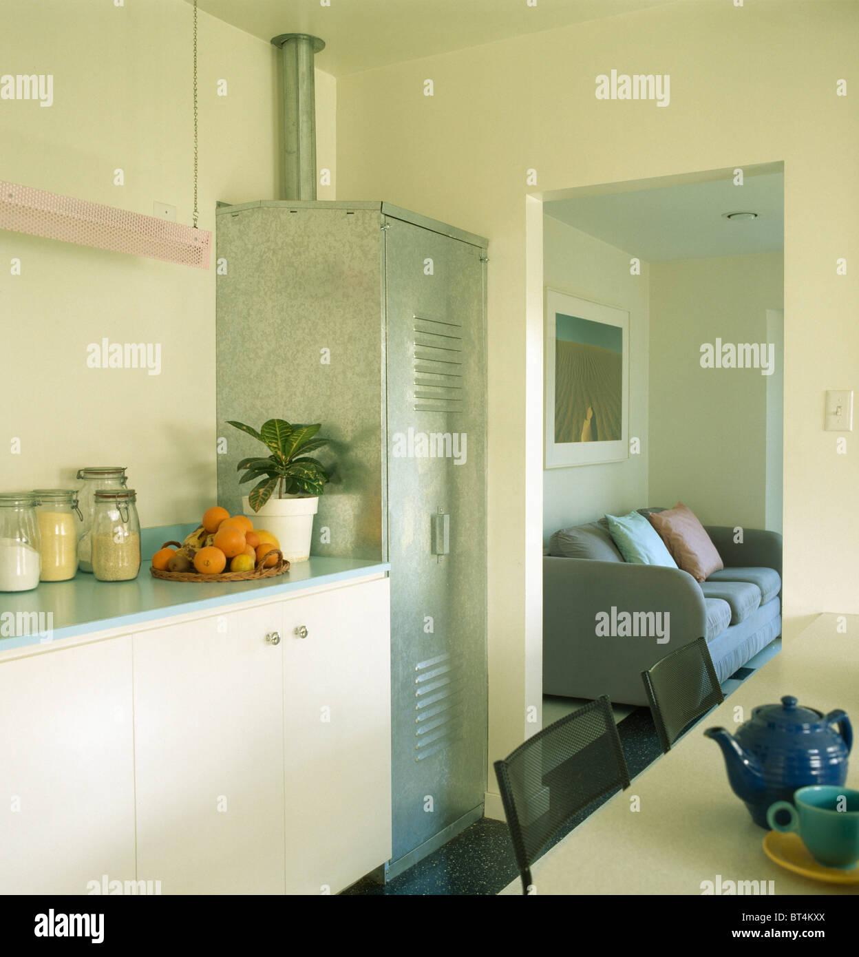 Schmale Metall Schrank in modernen weißen Küche mit Tür ...
