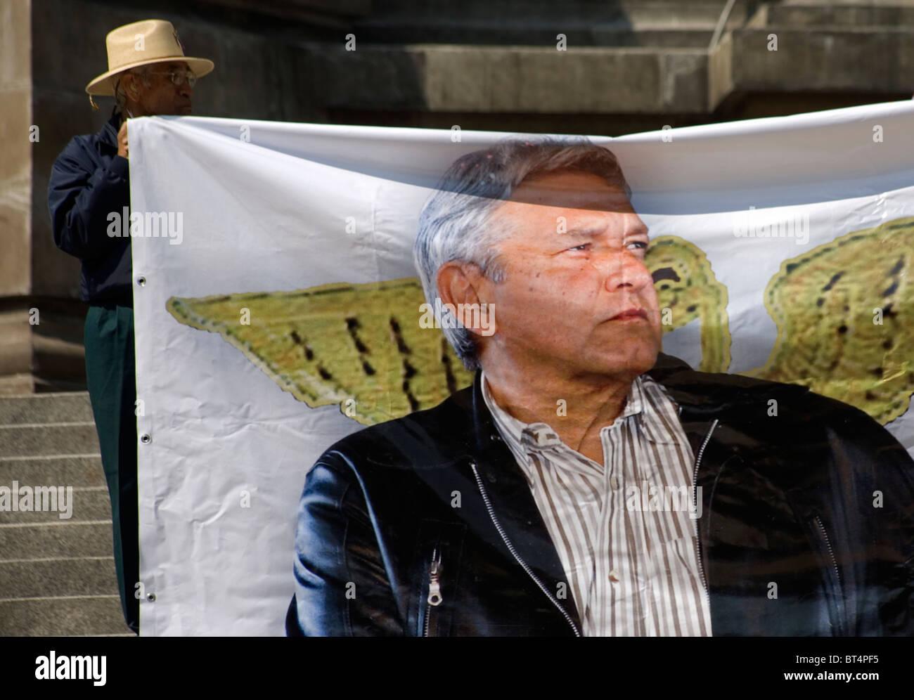 Ein Demonstrant hält eine Banner mit den ehemaligen Präsidentschaftskandidaten Andrés Manuel López Stockbild