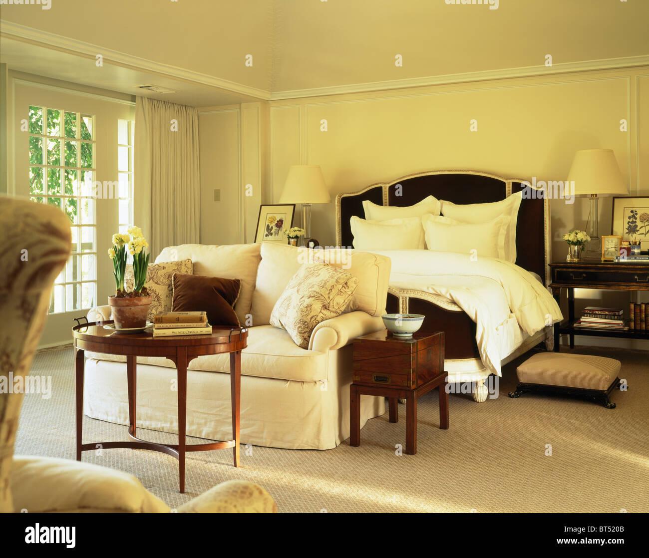 Hochwertig Bequemes Weißes Sofa Und Antike Möbel Im Traditionellen Creme Landhaus  Schlafzimmer Mit Weißen Kissen Und Bettwäsche Bett