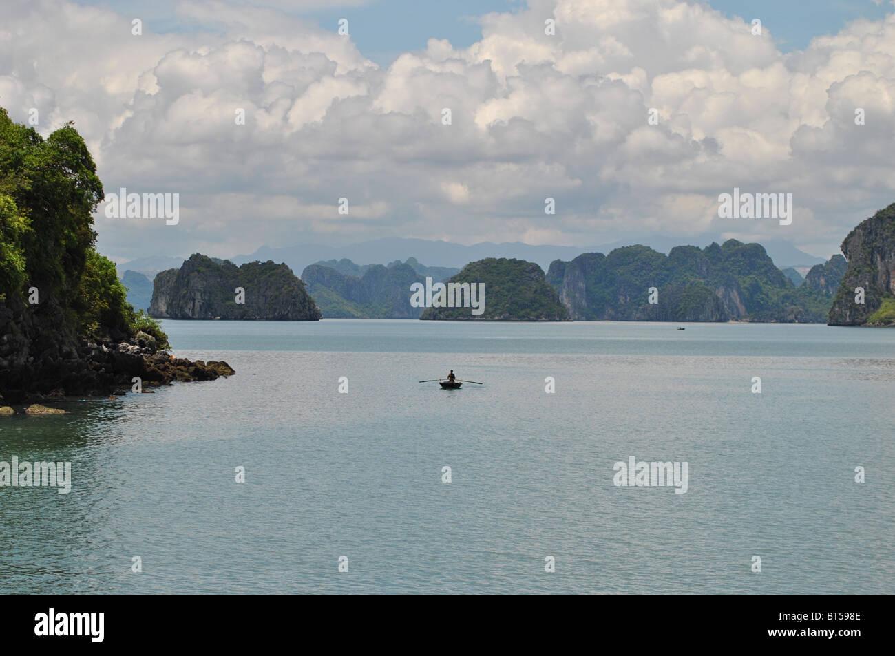 Ruderboot in Halong Bucht, Vietnam Stockfoto