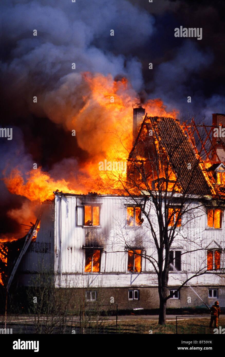 Das Haus ist in Flammen verschlungen. Das Haus brannte bis auf den Boden und ist ein Totalschaden an den Besitzer Stockbild