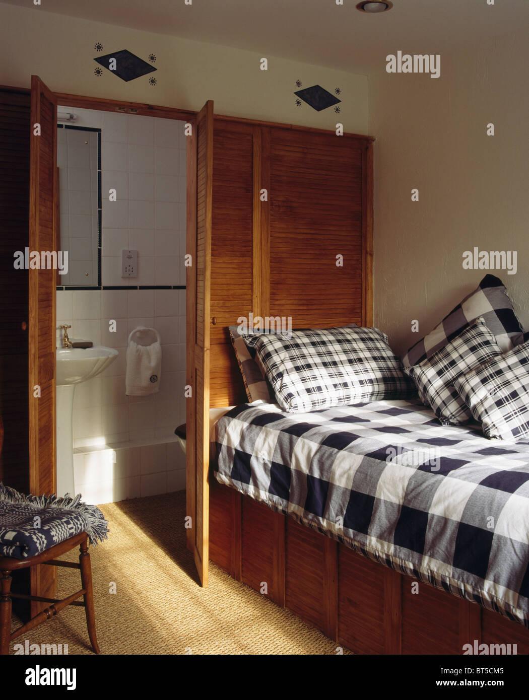 Schwarz + Weiß Aufgegebenes Kissen Und Bettdecke Auf Einbaubett In Kompakte  Schlafzimmer Mit Tür Offen Für En Suite Badezimmer