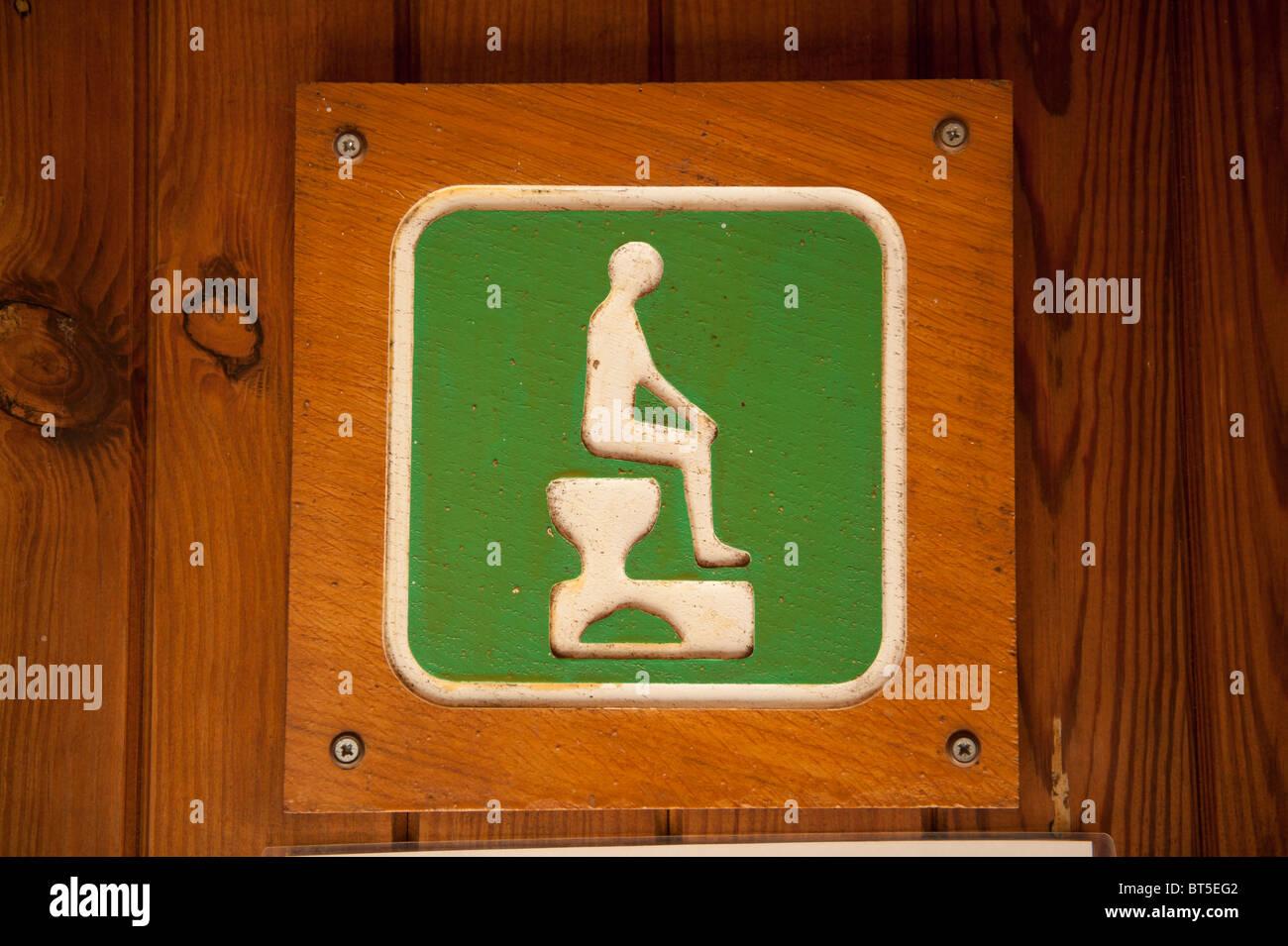 Ein Symbol für die Kompost-Toilette am Zentrum für Alternative Technologie, Wales UK Stockbild