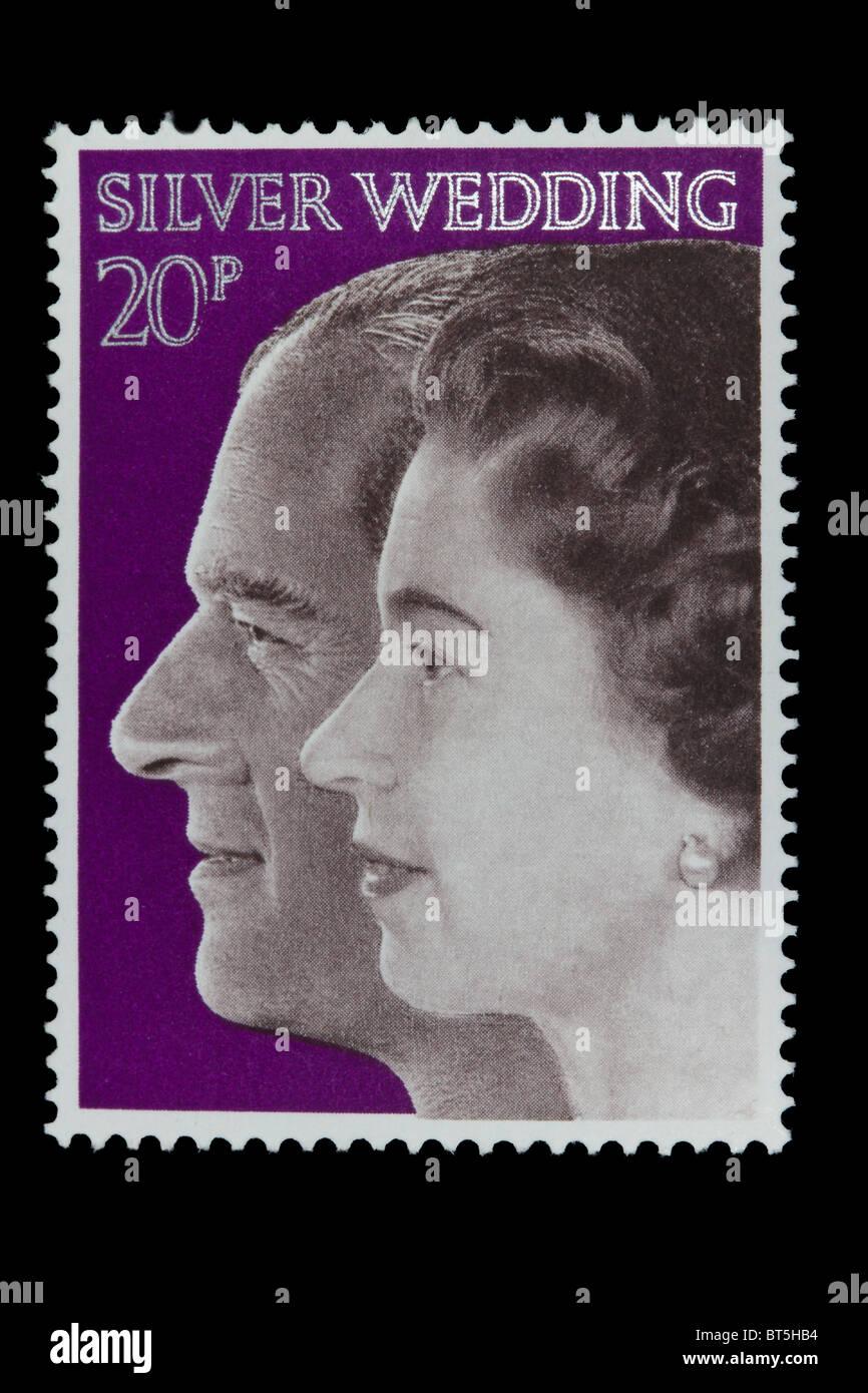 UNITED KINGDOM - CIRCA 1972: Eine Briefmarke gedruckt in Großbritannien zeigt Königin Elizabeth II und Herzog von Edinburgh, Stockfoto