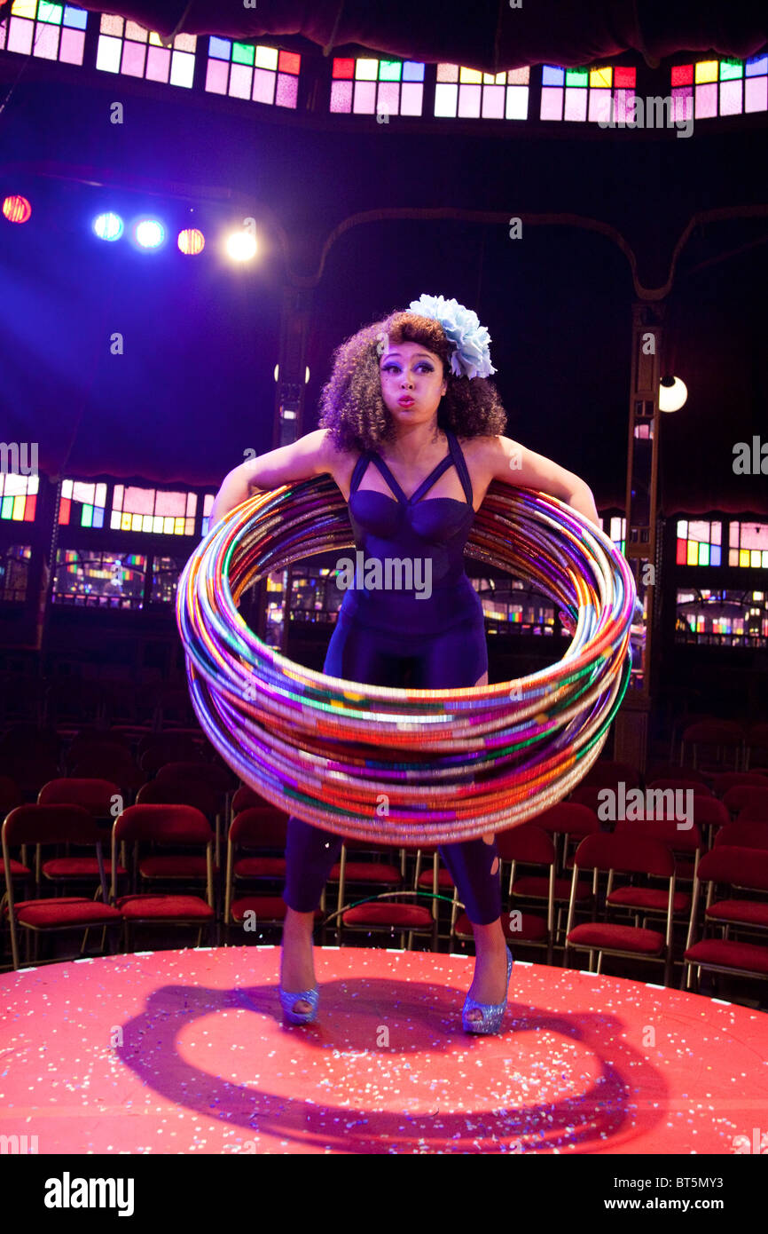 LONDON, ENGLAND, La Soirée Cabaret und Vielfalt wirken an der South Bank Zirkuszelt, Marawa mit Hula Hoops Stockbild