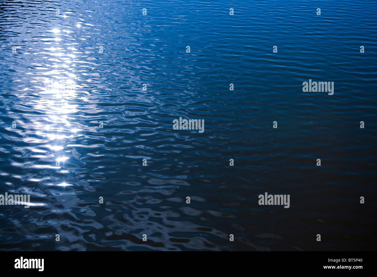Sonnenlicht Reflexion in gekräuselte Wasserfläche. natürliches Bild Stockbild