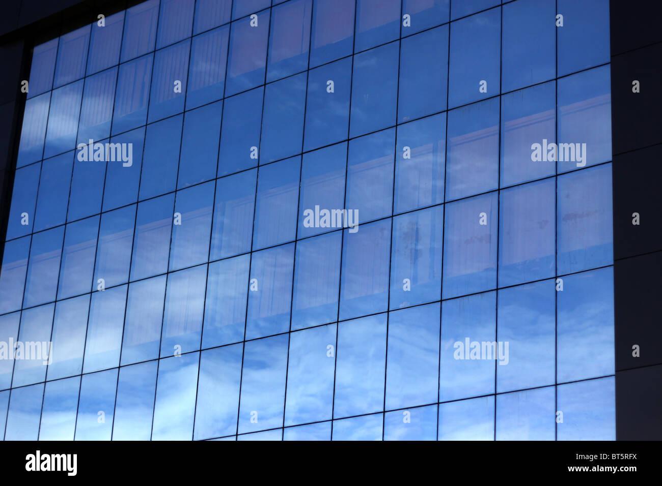 Bürogebäude mit blauem Glas und Reflexion des Himmels Stockbild