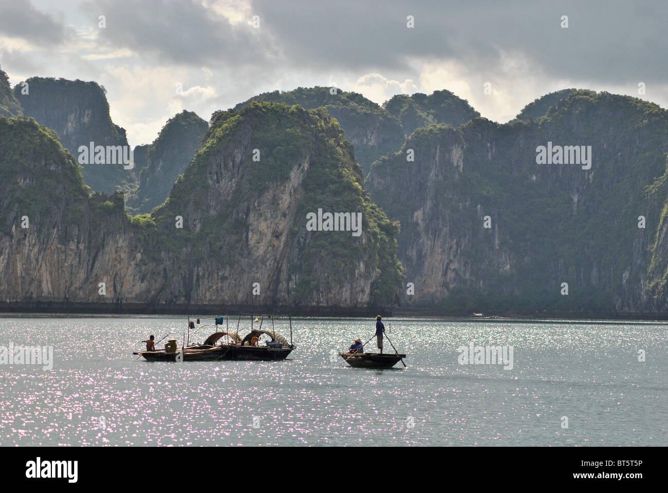 Boote in der Halong Bay am Abend, Vietnam Stockfoto