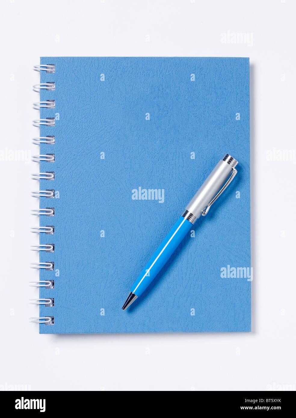 Spirale blau Buch Tagebuch Ledger mit Stift erhöht, Ansicht Stockbild
