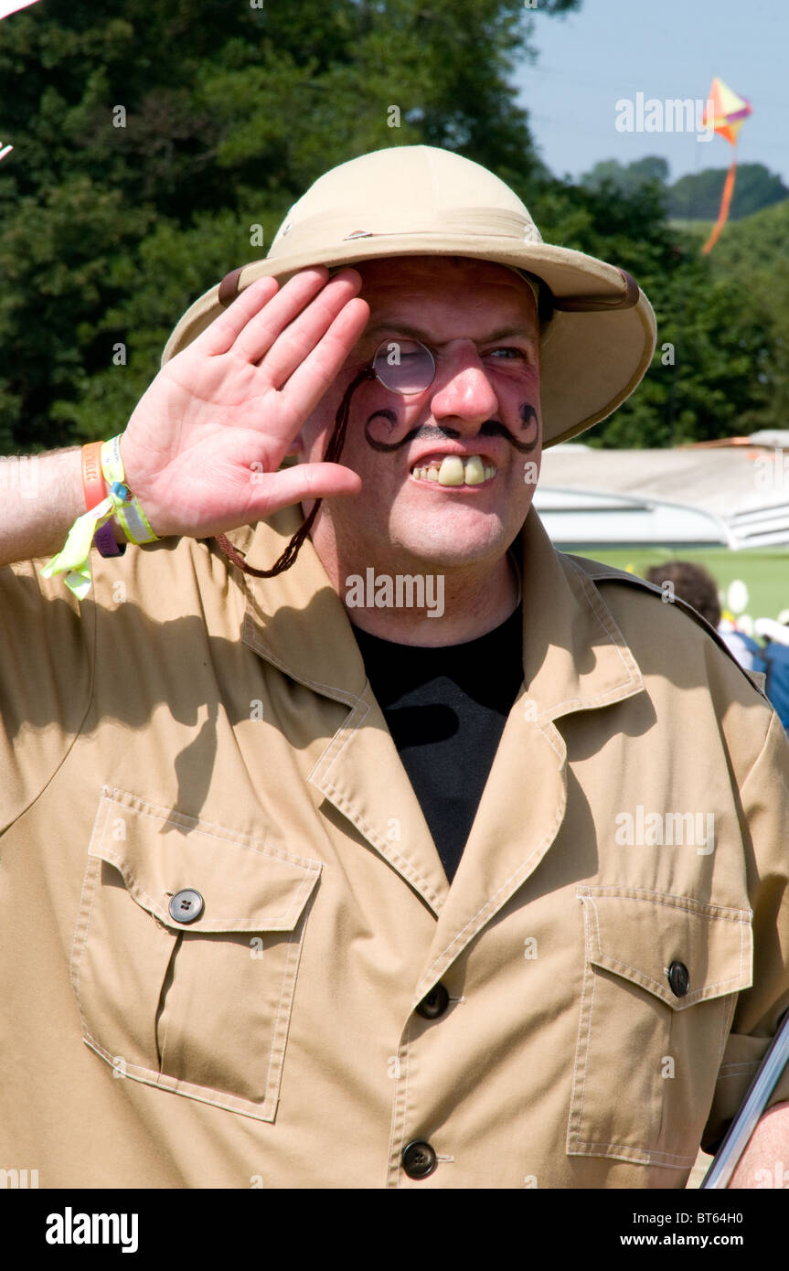 2010 Glastonbury Festival of Contemporary Performing Arts Festival Tropenhelm Explorer Khaki Armee Jacke Griff Bar Stockbild