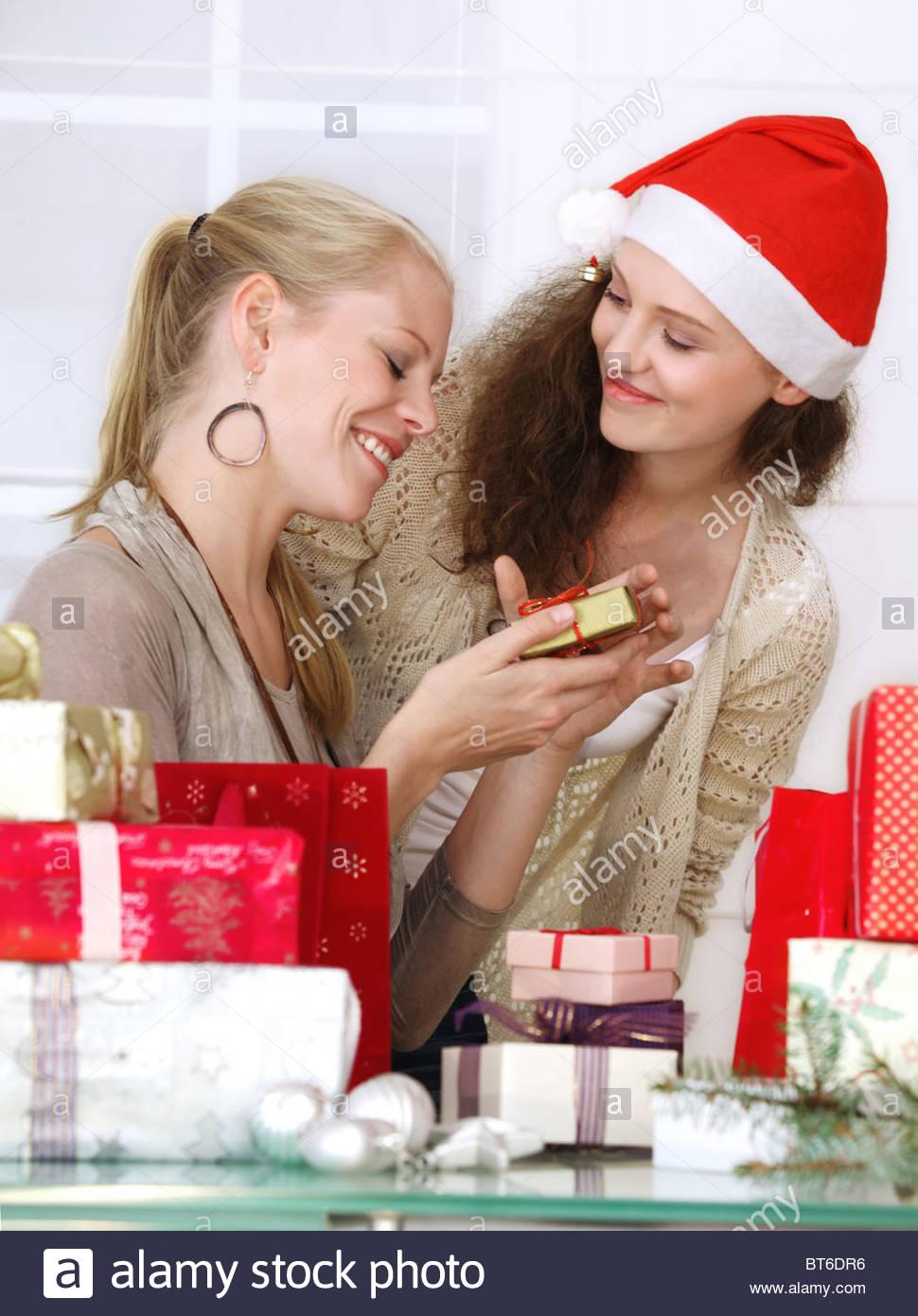 Zwei Frauen mit Weihnachtsgeschenke Stockfoto, Bild: 32104666 - Alamy