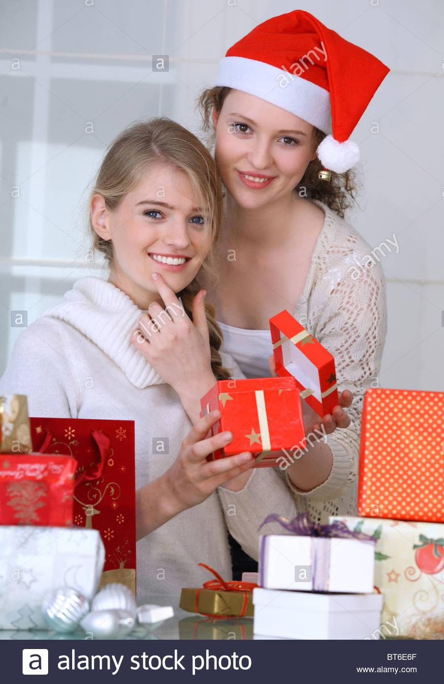Zwei Frauen mit Weihnachtsgeschenke Stockfoto, Bild: 32104983 - Alamy