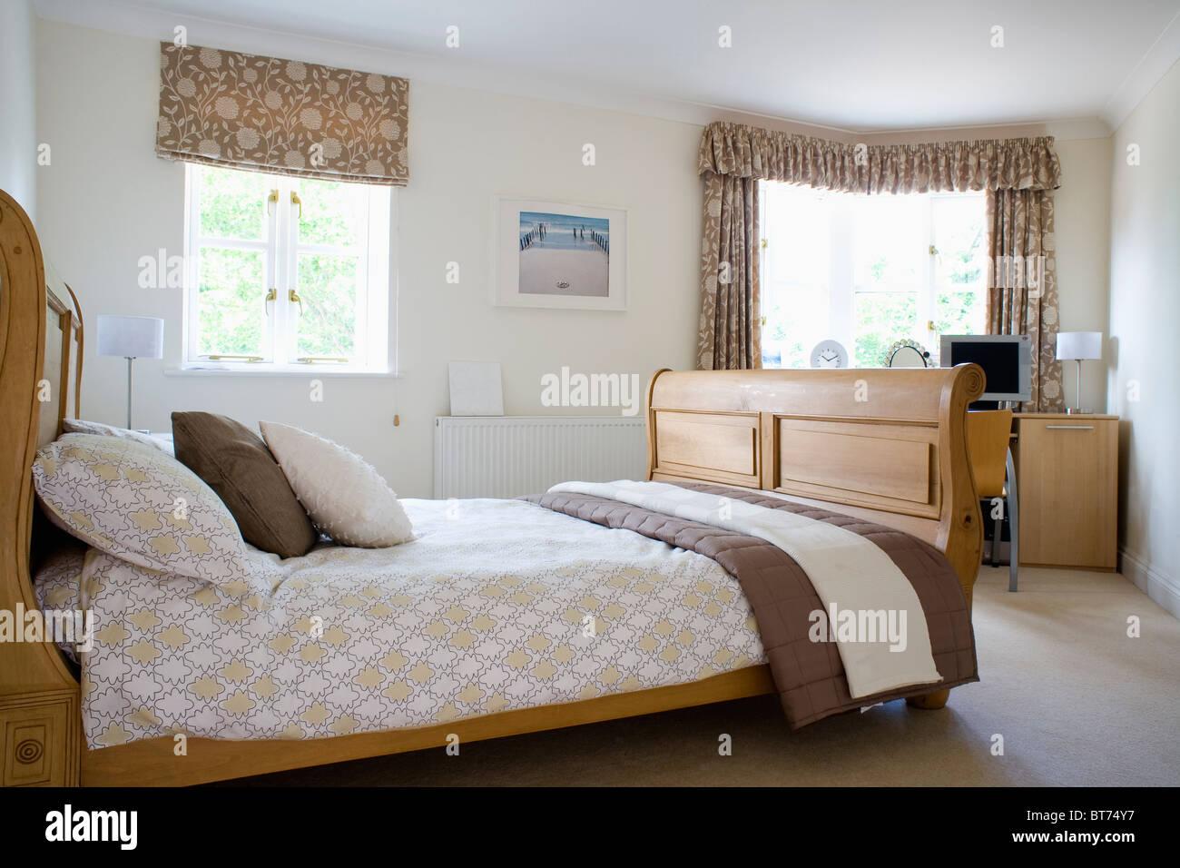 Gemusterte Braun + Creme Blind Und Passende Vorhänge Am Fenster Im  Schlafzimmer Mit Bettwäsche Auf Holzrahmen Bett Beige Und Braun Werfen