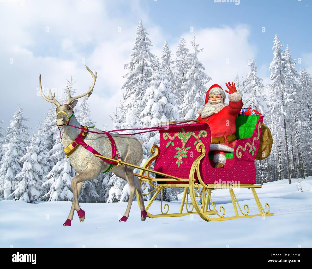 Santa Claus fahren Schlitten mit Rentier, auf einem schneebedeckten Boden, mit einem verschneiten Wald im Hintergrund. Stockbild