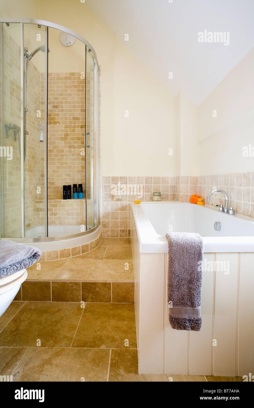 Eck-Dusche mit Glastüren in Split-Level-modernes Badezimmer mit ...
