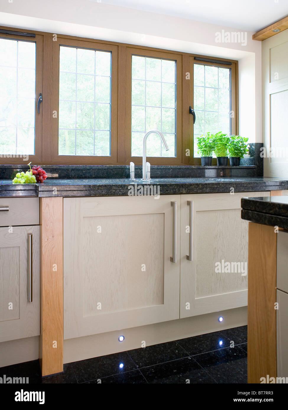 Interior Design For Küche Granit Arbeitsplatte Reference Of Schwarzer Auf Creme Ausgestattete Einheit Unter Fenster