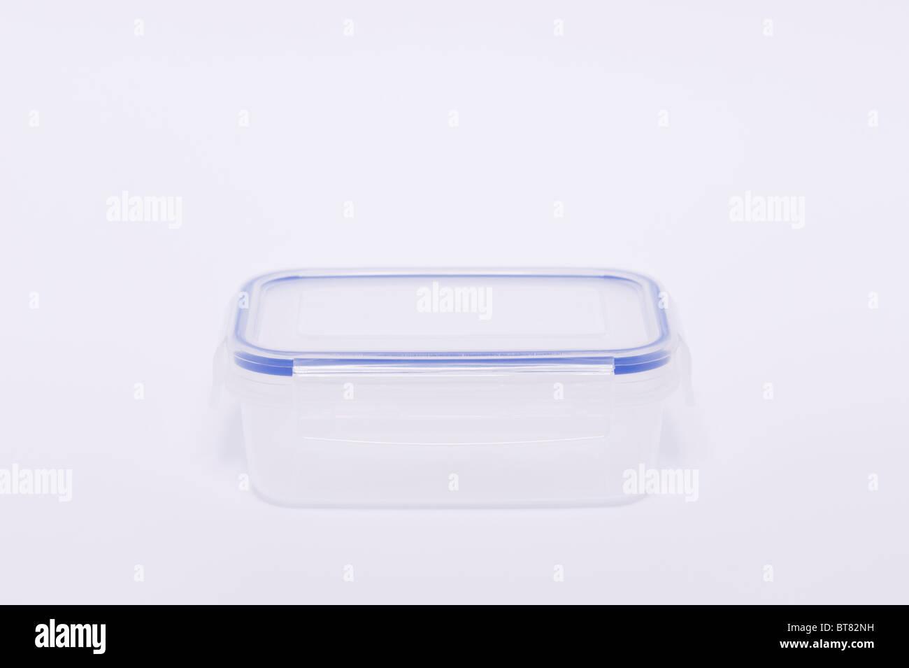 Eine Nahaufnahme Foto von einem durchsichtigen Kunststoff Vorratsbehälter (Lunchpaket) vor einem weißen Stockbild