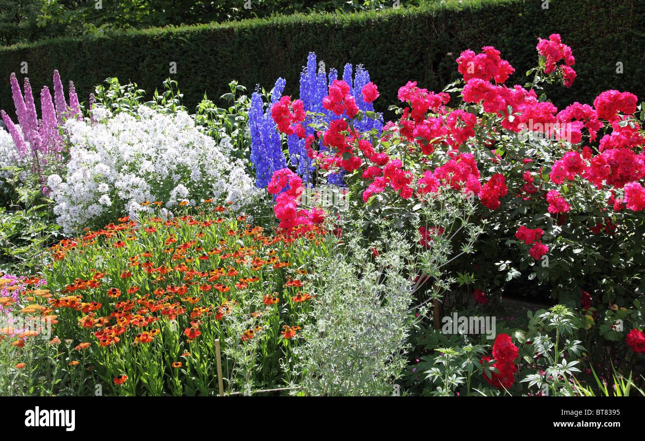 english country garden stockfotos english country garden bilder alamy. Black Bedroom Furniture Sets. Home Design Ideas