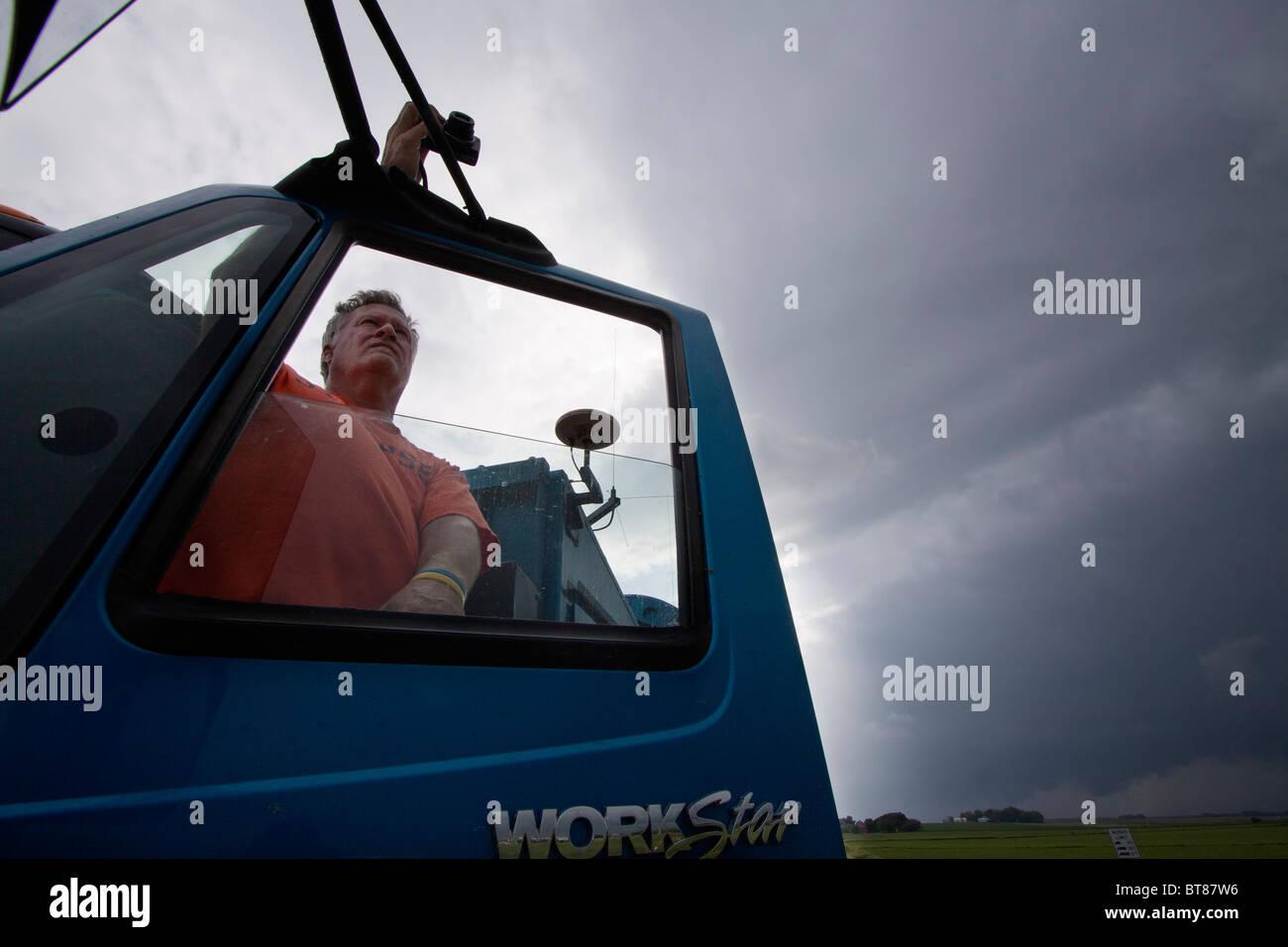 Doppler auf Rädern Fahrer Herb Stein Uhren einen Sturm in der Nähe von Des Moines, Iowa, 5. Juni 2010 Stockbild