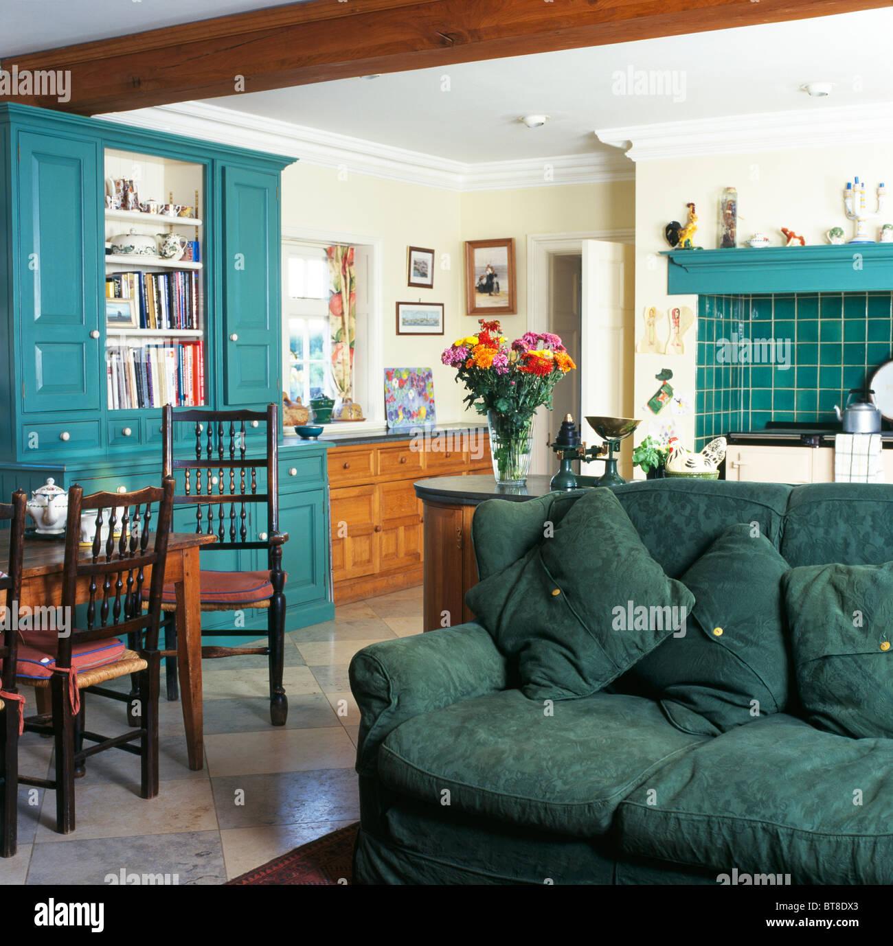 Grünes Sofa Im Traditionellen Landhausstil Küche Esszimmer Mit Türkis  Lackiert Ausgestattete Kommode