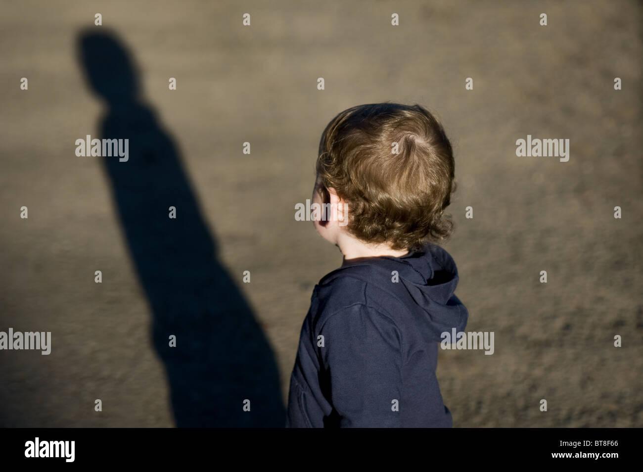Kind warf einen langen Schatten Stockbild