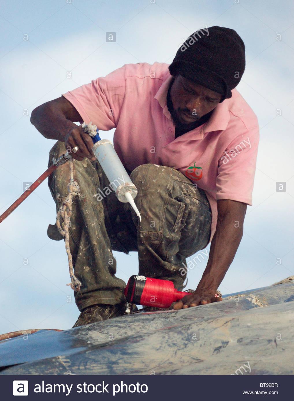 afrikanische gastarbeiter mit druckluft-hydraulik werkzeuge auf dem