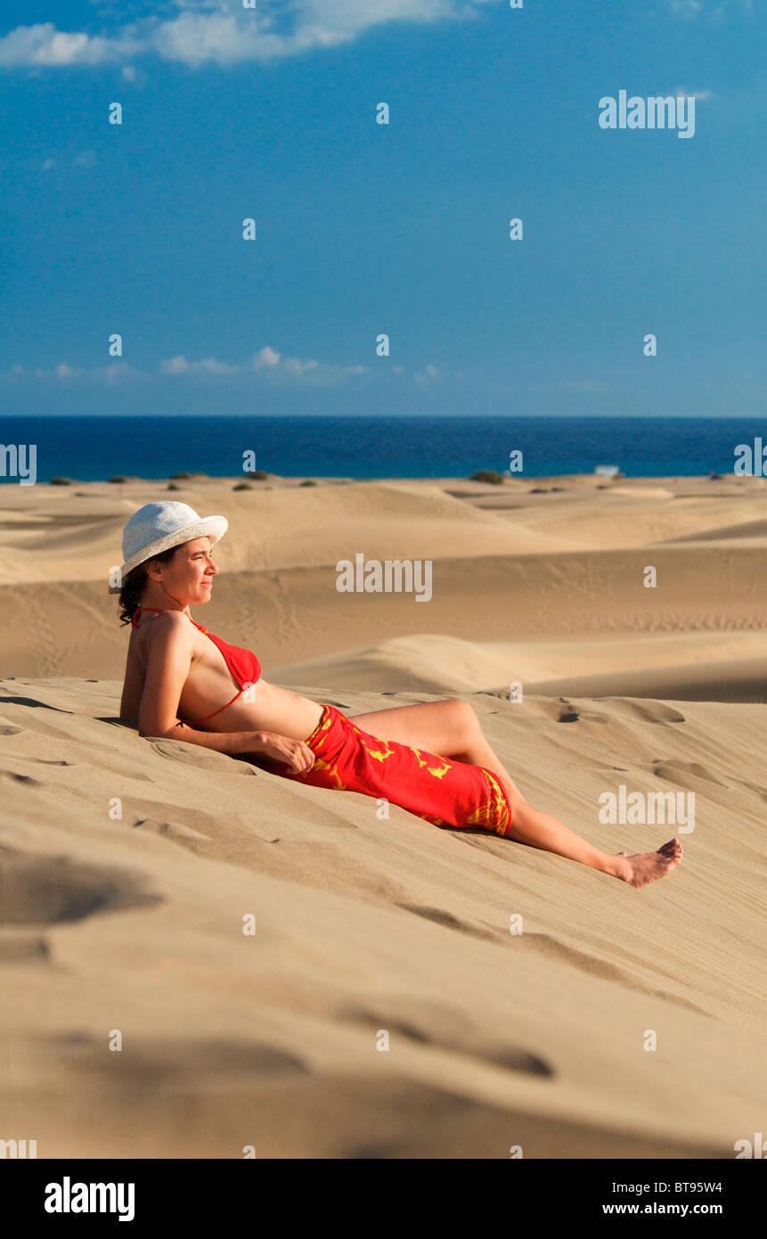 Frau in den Dünen von Maspalomas, Gran Canaria, Kanarische Inseln, Spanien, Europa Stockbild