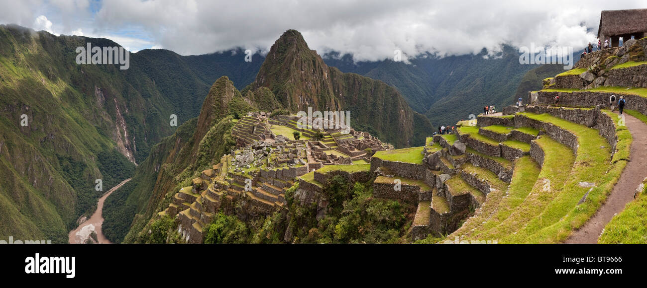 """Huayanapichu (junge Berg) in der Ferne in Machu Picchu, die alten """"verlorene Stadt der Inkas"""", erbaut Stockbild"""