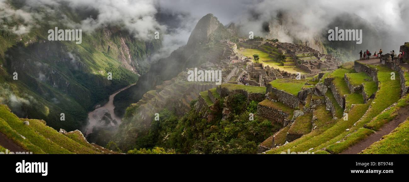 """Morgennebel und Wolken zeigen, Machu Picchu, die alten """"verlorene Stadt der Inkas"""", CA 1400.  Urubamba Stockbild"""