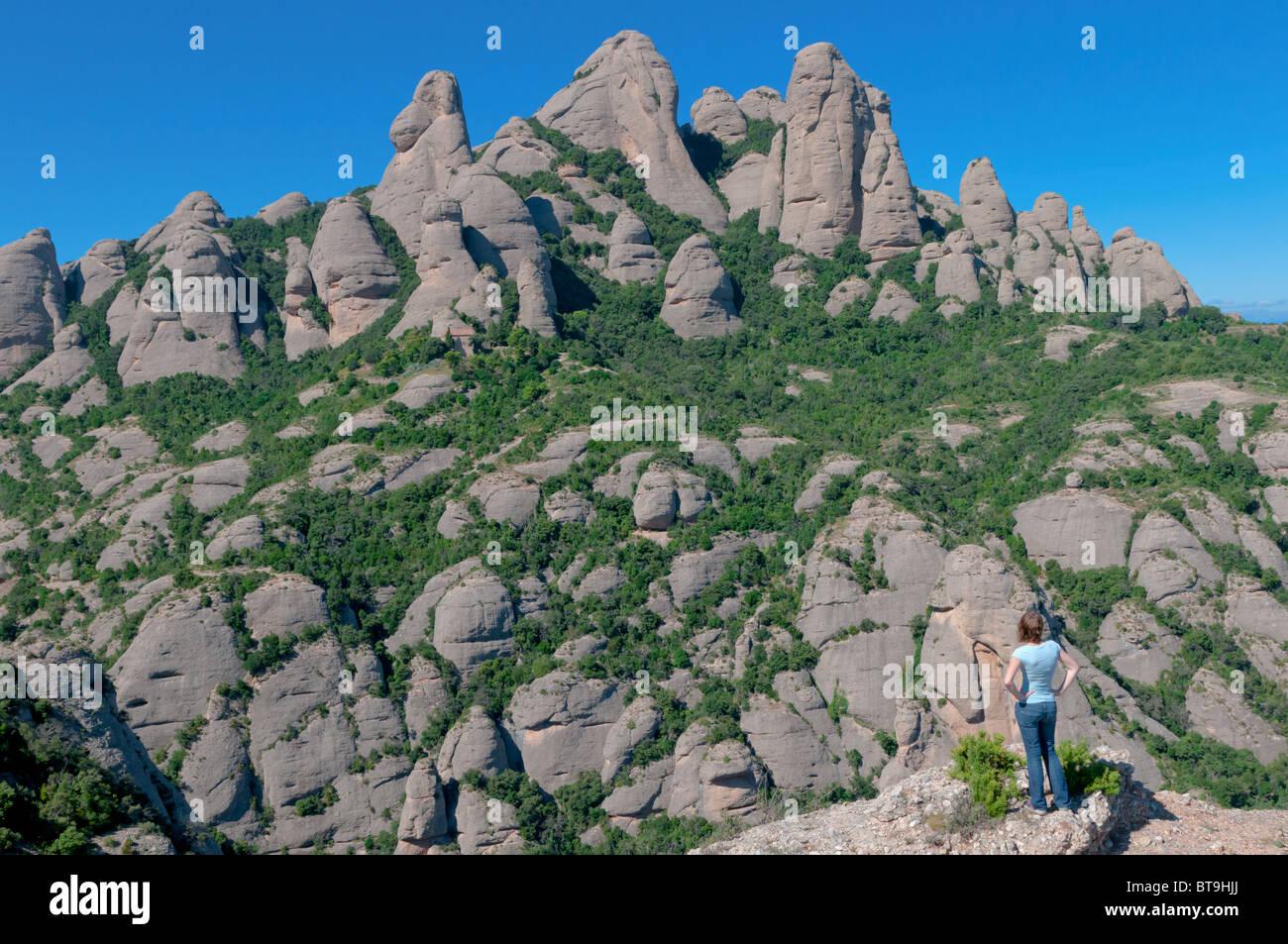 Mädchen genießen den beliebten Montserrat-Hügeln Stockbild