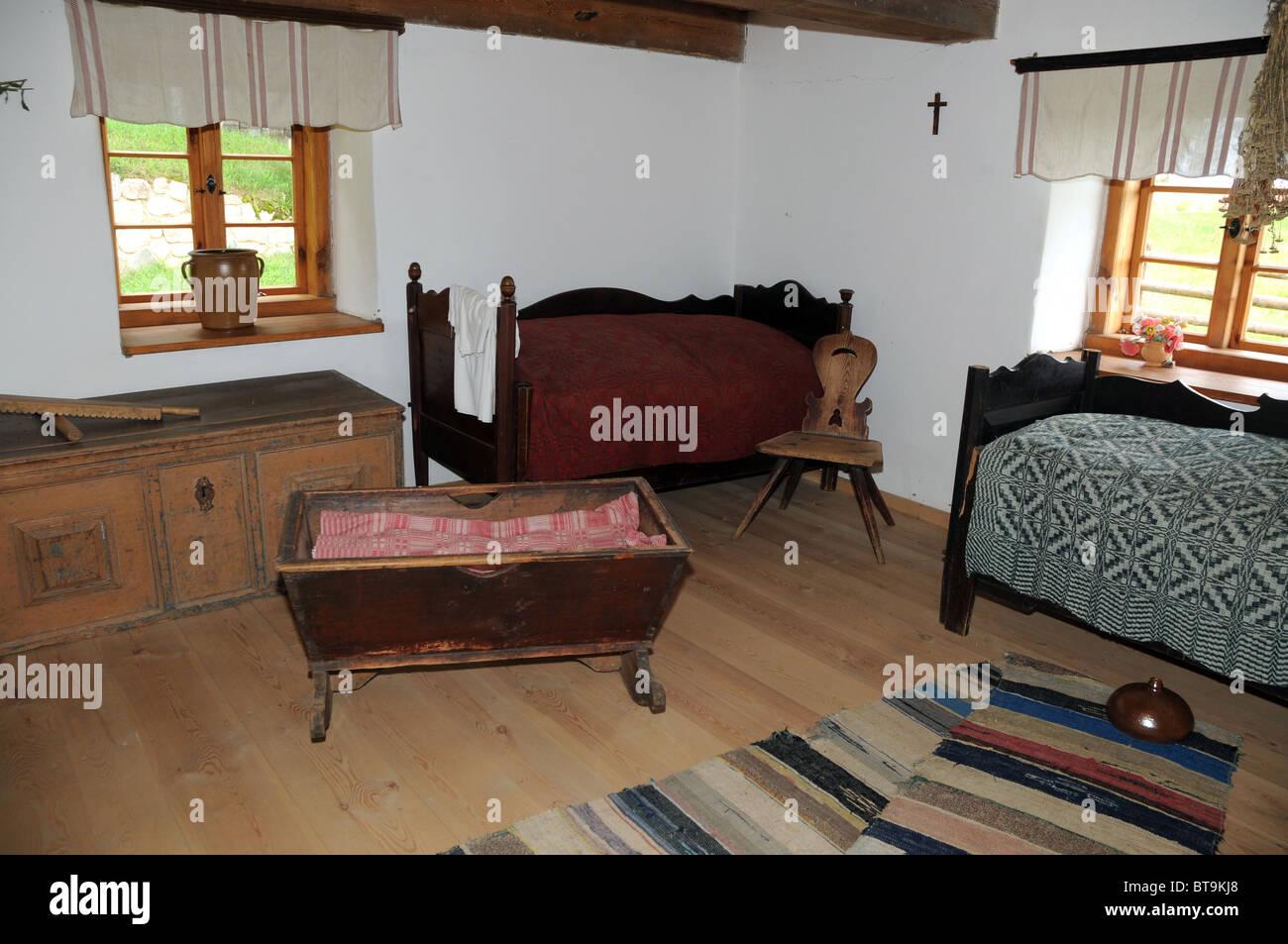 Schlafzimmer in alte Holzhütte, Masuren in Polen Stockfoto, Bild ...
