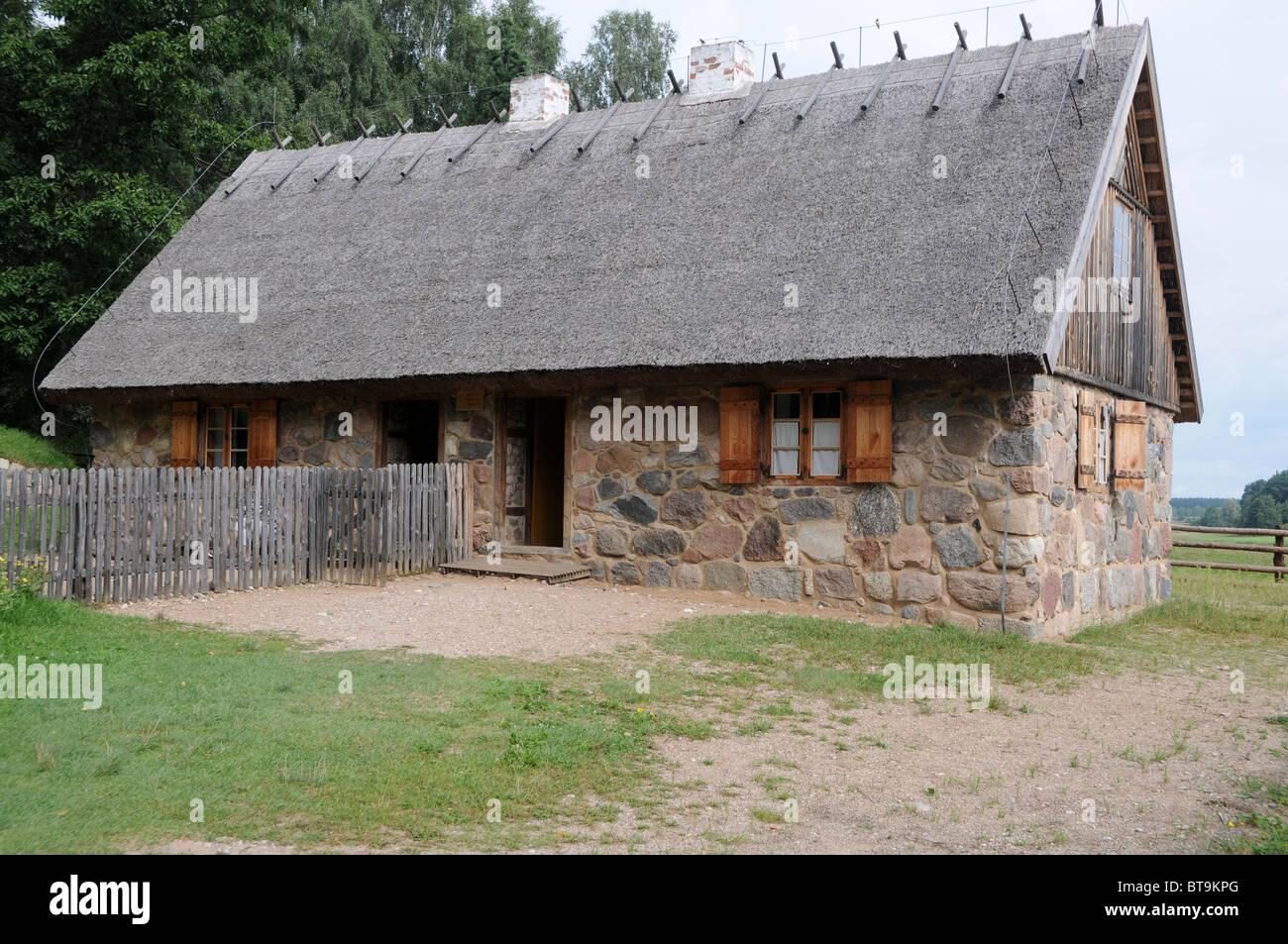 Gehöft Aus Masuren, Anfang Des 19. Jahrhunderts Haus Aus Stein Mit  Reetdach, Ethnographische Park In Olsztynek, Polen