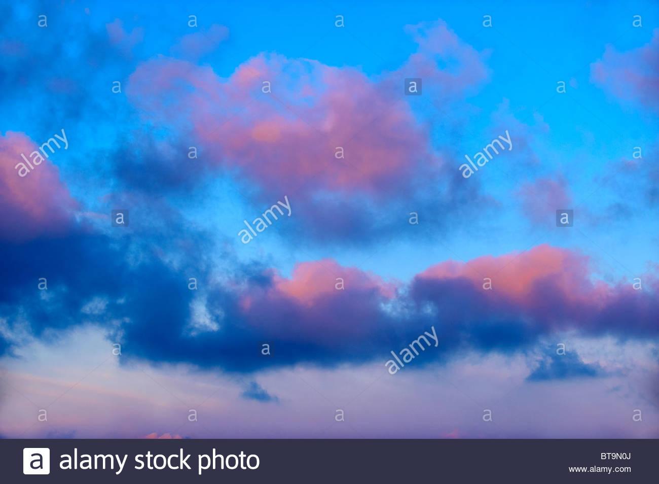 Cumulus Wolkengebilde bei Sonnenuntergang über die Kykladen Insel Ios, Griechenland. Stockbild
