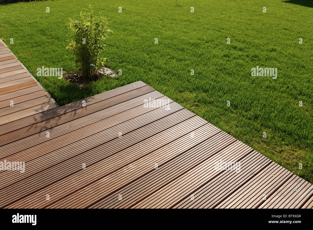 holz terrasse und liegewiese stockfoto bild 32180535 alamy. Black Bedroom Furniture Sets. Home Design Ideas