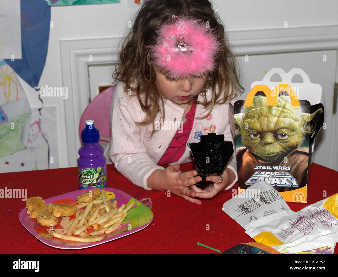 Young Girl Mit A Mcdonalds Happy Meal Spielen Mit A Star Wars