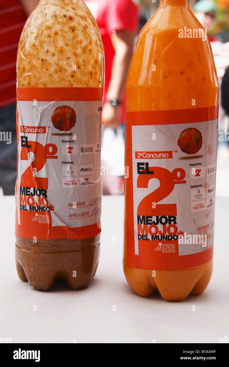 Flaschen von Mojo Salsa im Wettbewerb um die Bes Mojo in der Welt beim Wettbewerb in Las Palmas, Gran Canaria Stockbild