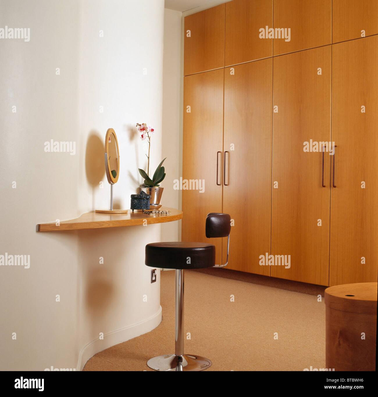 Leder Hocker an kleinen Wandregal in modernen Schlafzimmer mit ...