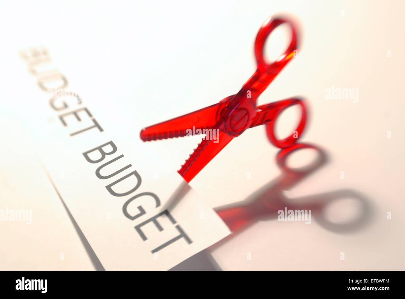 Budgetkürzungen Konzept mit Schere und Budget-Grafik Stockbild