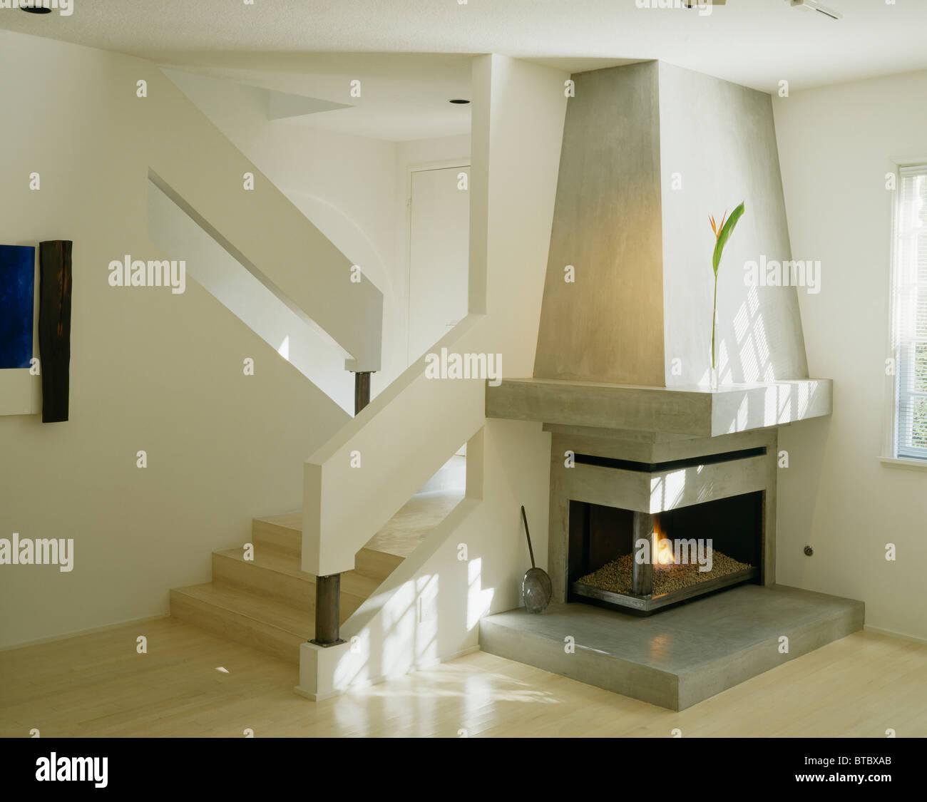 vorgegossenen konkrete architektonische befestigten kamin neben treppen in der ecke des modernen. Black Bedroom Furniture Sets. Home Design Ideas