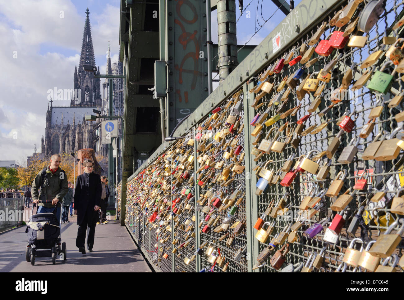 Liebesschlösser auf der Hohenzollernbrücke in Köln Stockbild