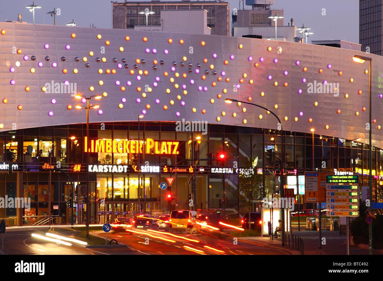 die skyline der stadt essen deutschland in der nacht einkaufszentrum limbecker platz im. Black Bedroom Furniture Sets. Home Design Ideas