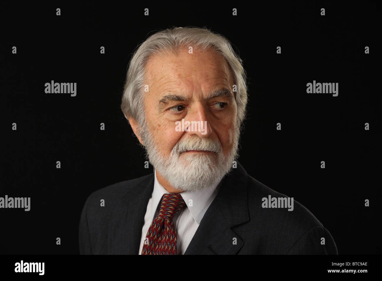 Porträt des bärtigen und grauen Haaren senior Geschäftsmann in Anzug und Krawatte, Studio gedreht, Stockbild