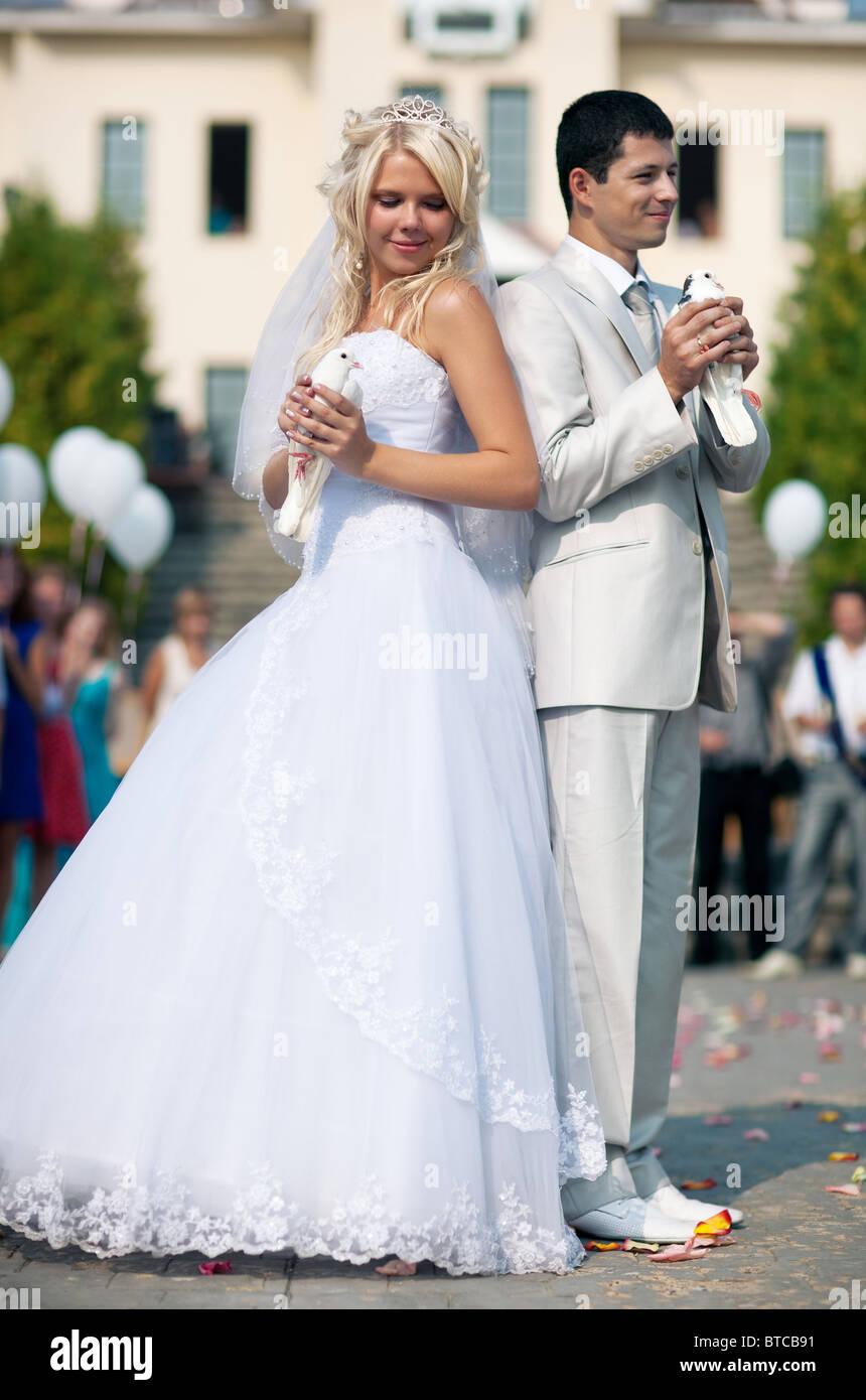 Junge Hochzeitspaar Mit Weissen Tauben Stockfoto Bild 32234413 Alamy
