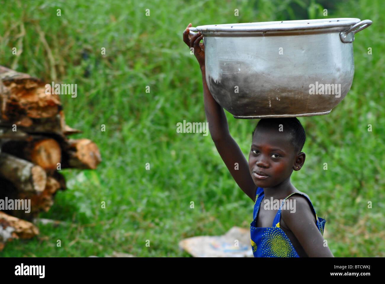 Mädchen mit Korb, Elfenbeinküste, Westafrika Stockbild