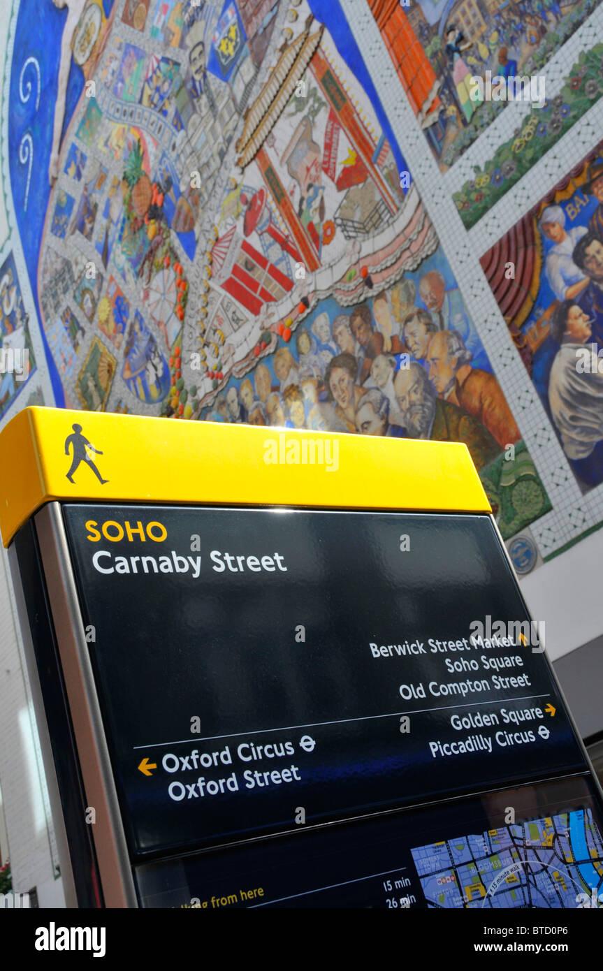 """Lesbar London Straßenschild in Carnaby Street Soho mit Wandbild mit dem Titel """"Der Geist von Soho"""" Stockbild"""