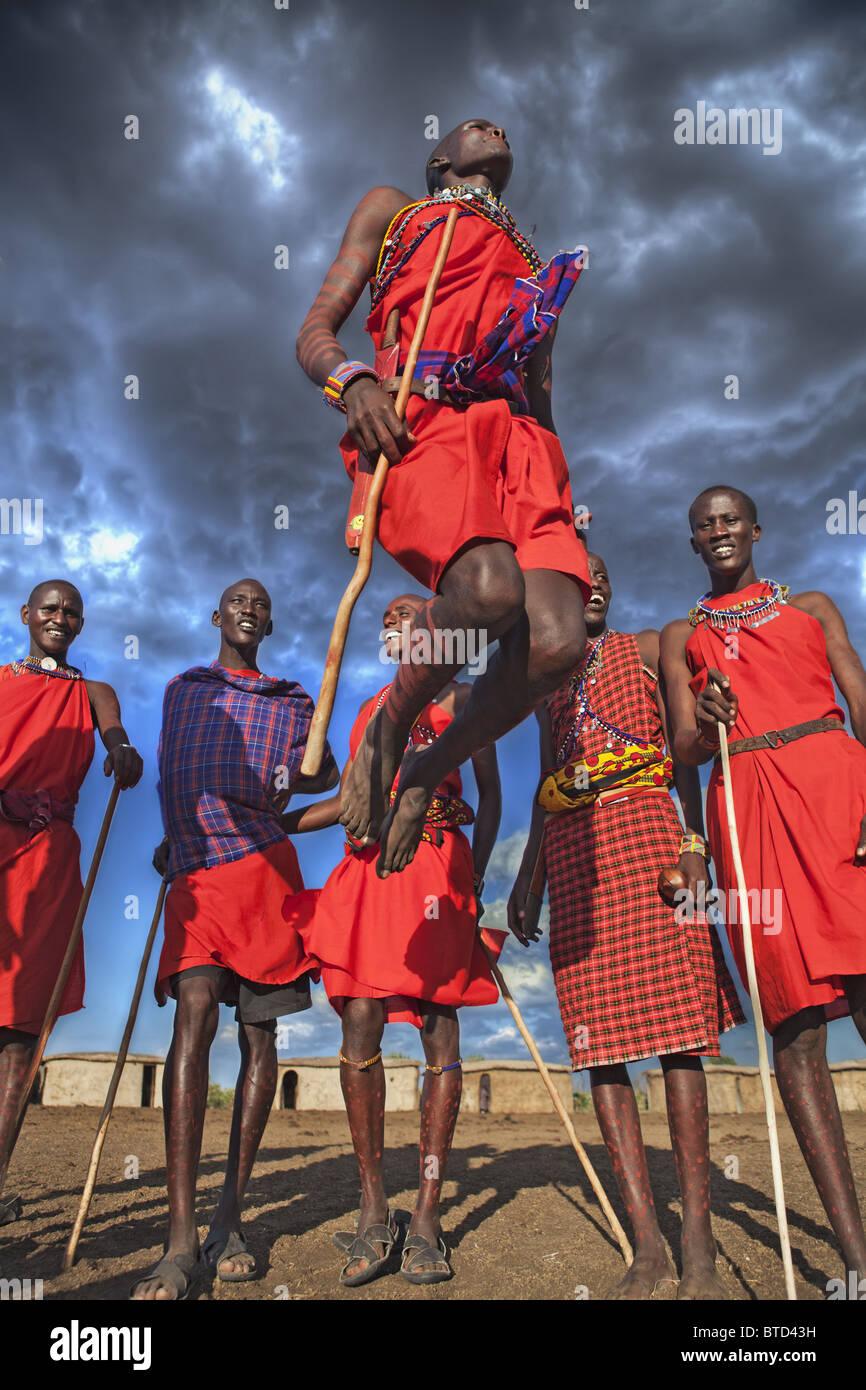 Masai Krieger dabei den traditionellen Sprung Tanz Kreis gebildet und ein oder zwei Krieger tritt des Kreis zu springen. Stockbild