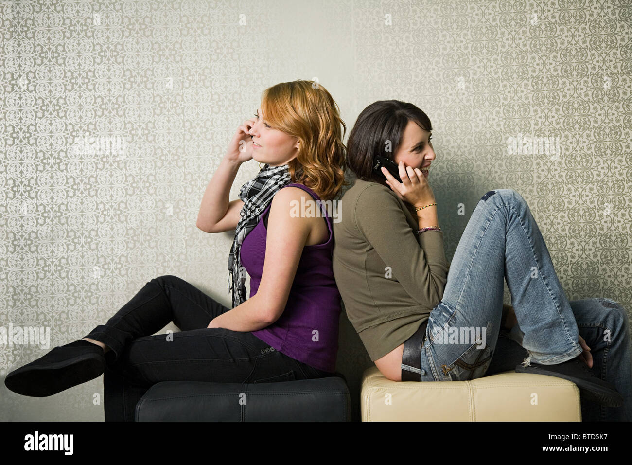 Mädchen im Teenageralter mit smartphones Stockfotografie