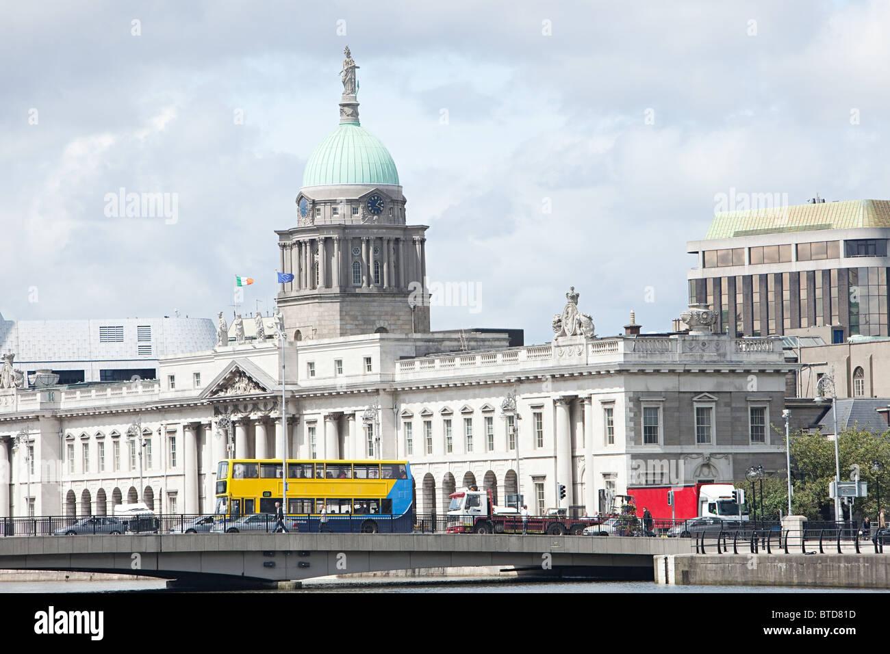 Das Zollhaus und Georges Quay, Dublin, Irland Stockbild